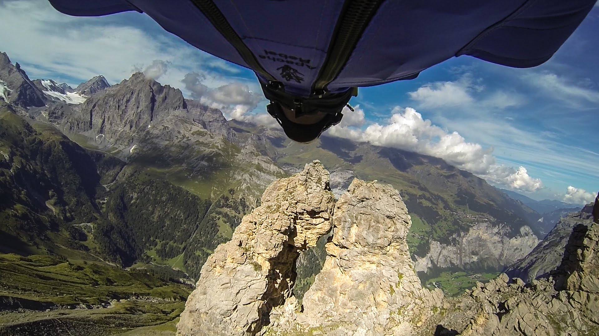 Passer dans un trou de souris en wingsuit !