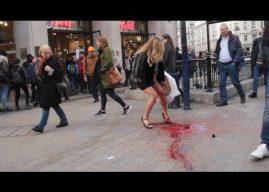 Une femme en jupe a ses règles en pleine rue !